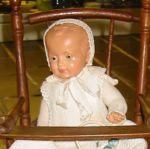 Puppe-im-Kinderstuhl