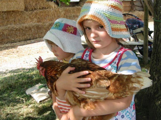 Maedchen mit Huhn